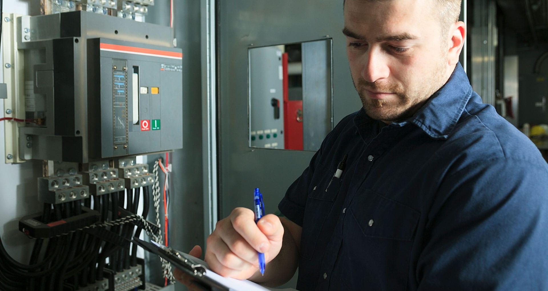 Elektriker utfører el-sjekk